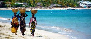 madagaskar tre kvinnor pa strand panorma 300x130 - madagaskar_tre_kvinnor_pa_strand_panorma
